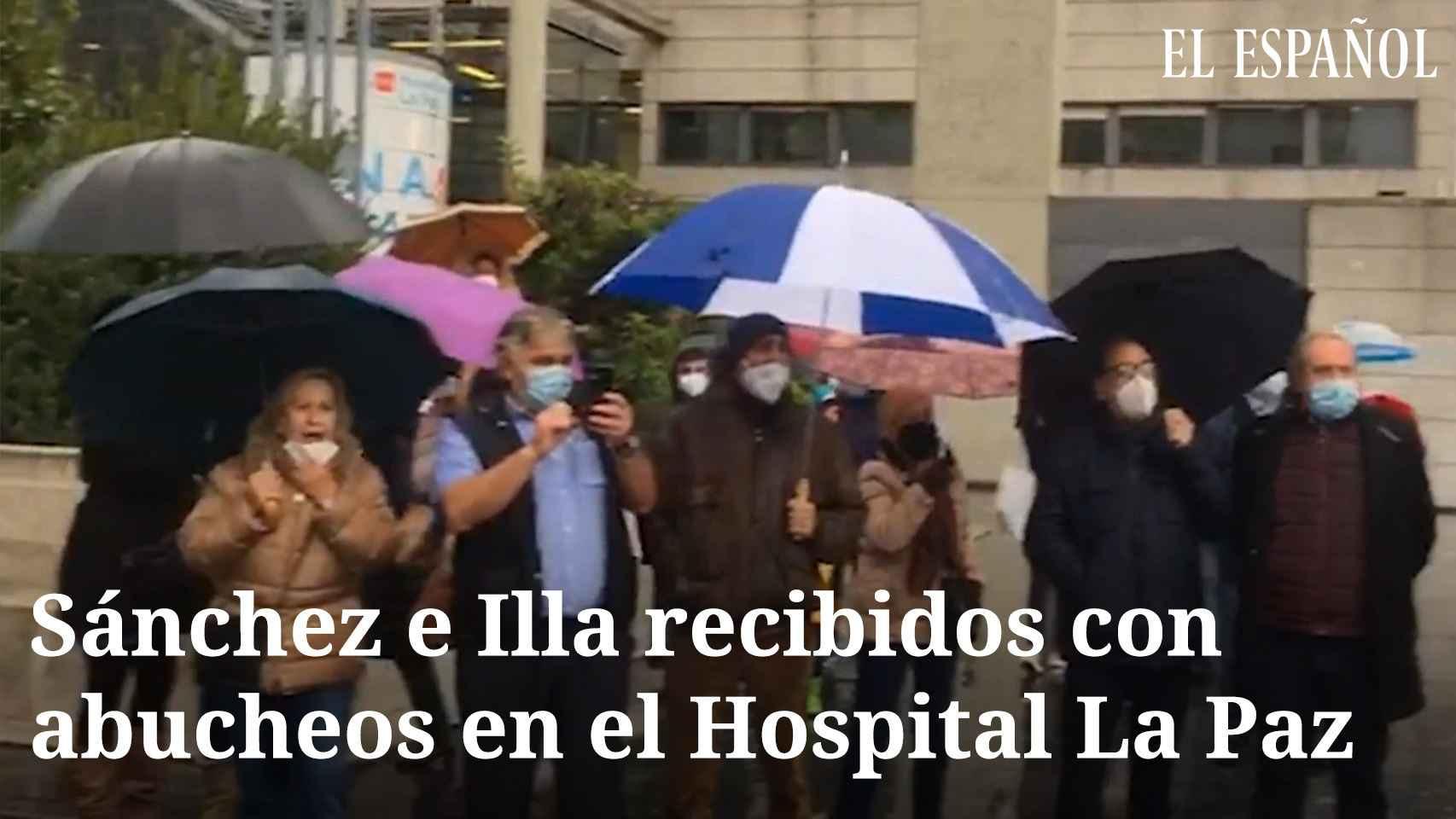 Sánchez e Illa recibidos con abucheos en el Hospital La Paz