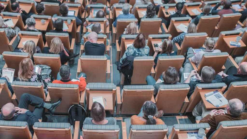 Alumnos en un aula de universidad.