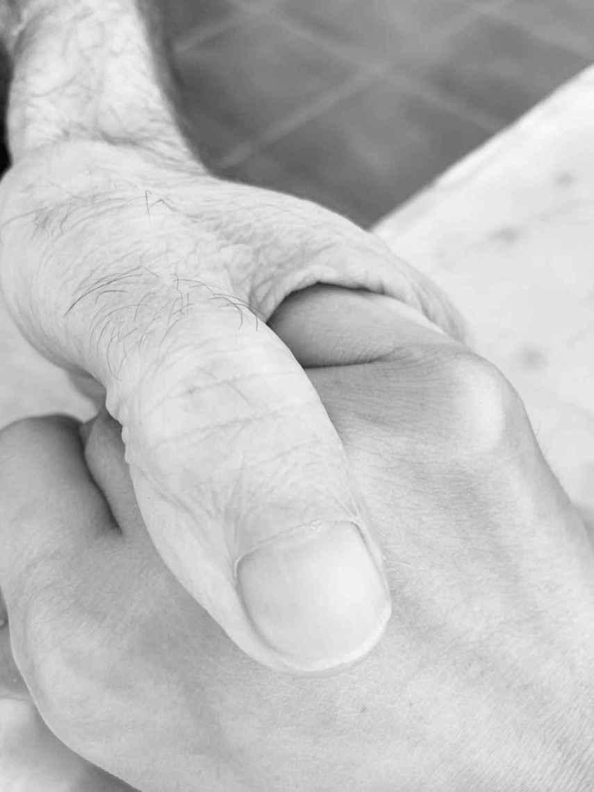 La foto con la que Irene Rosales ha acompañado la carta: su mano agarrando la de su padre.