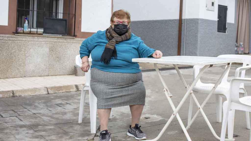 Saturnina, 70 años, en la plaza del pueblo.
