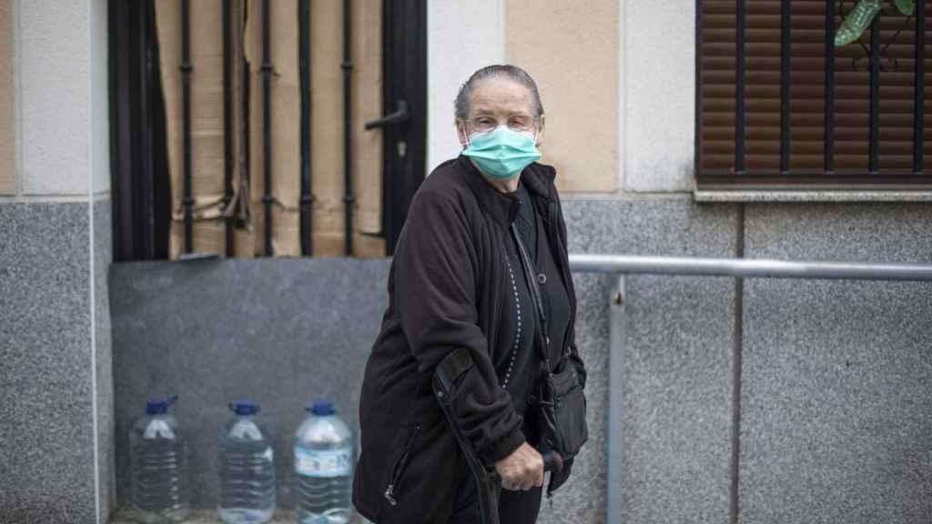 Petra, 86 años, andando por el pueblo.