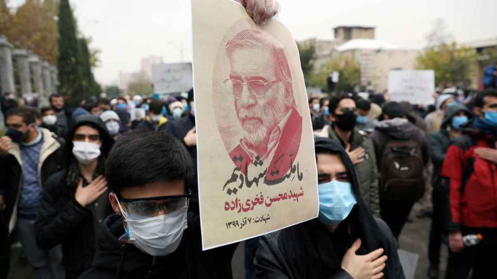 Decenas de personas han salido a protestar por el asesinato en Teherán.