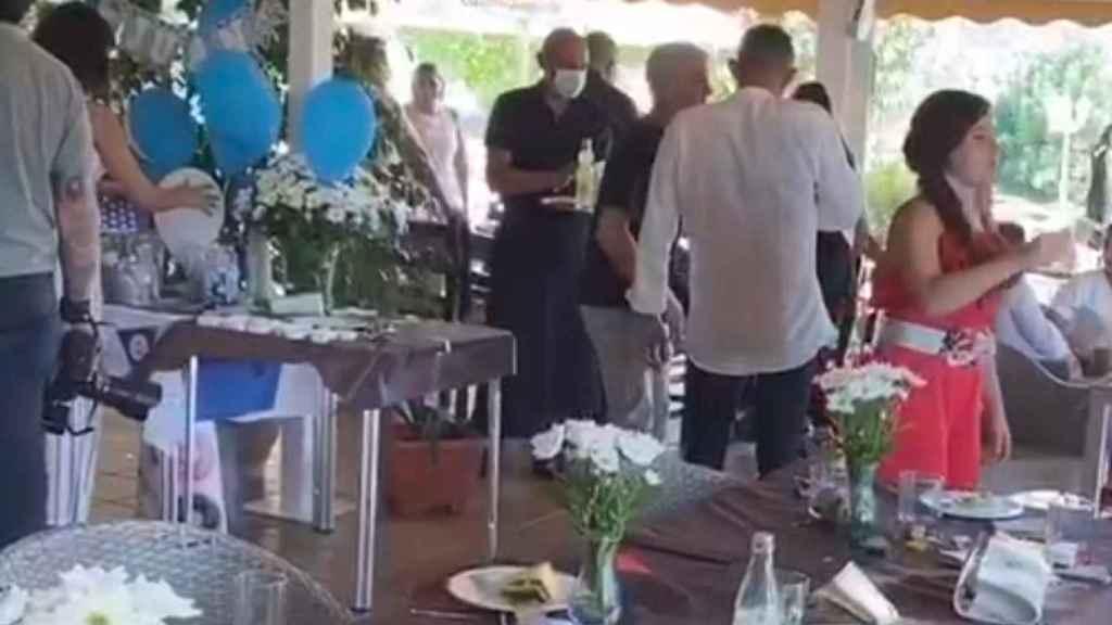 José Joaquín, conocido como Chimo, luciendo uniforme negro, mascarilla y sujetando una bandeja durante una celebración en el restaurante de Jalón