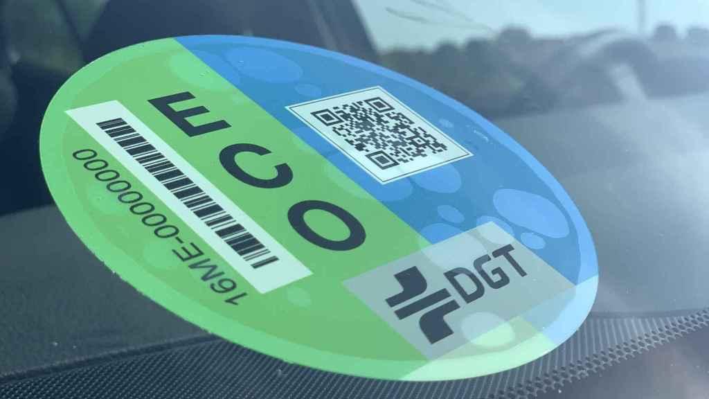 Imagen de una etiqueta ECO de la DGT, una pegatina autorizada.