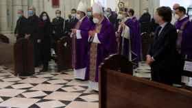 Dirigentes madrileños, en La Almudena durante la misa.