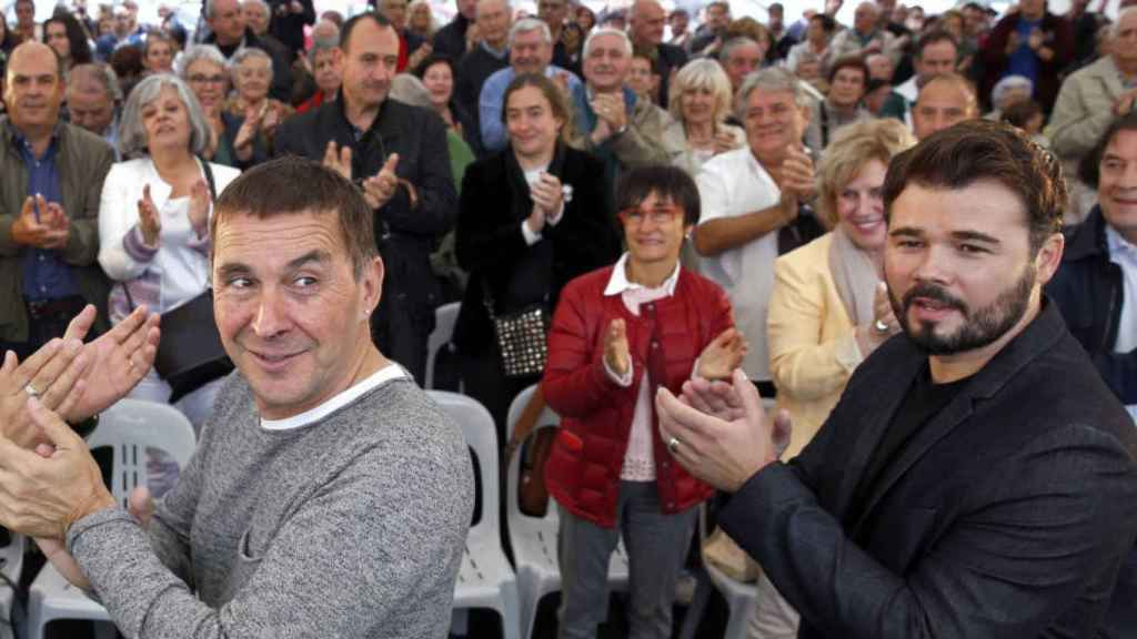 El líder de Bildu, Arnaldo Otegi (c), y el portavoz de ERC en el Congreso, Gabriel Rufián (d).