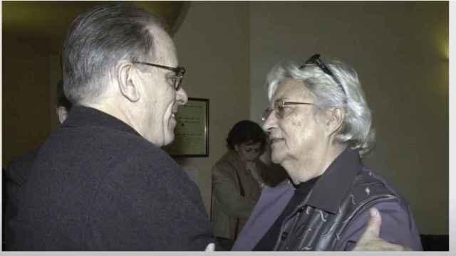 El presidente de la Agencia EFE en 2003, Miguel Ángel Gozalo, junto a Mariví Romero.