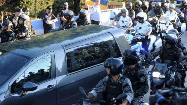 El féretro de Maradona camino al cementerio