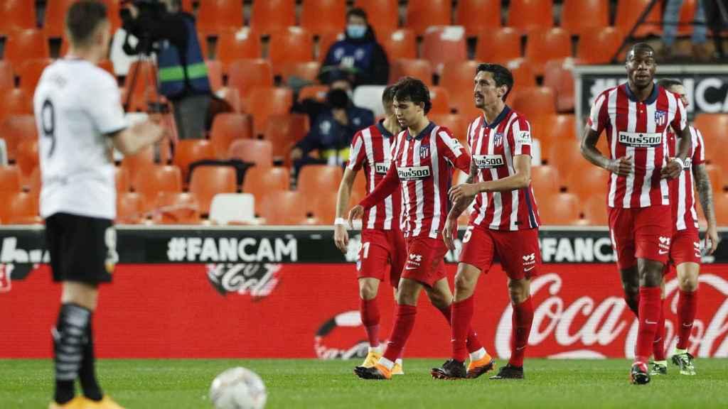 Los jugadores del Atlético de Madrid tras adelantarse en Mestalla