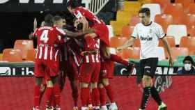 Piña de los jugadores del Atlético de Madrid tras el gol