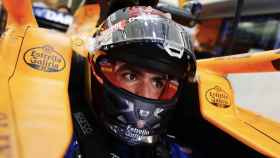 Carlos Sainz dentro de su McLaren en Bahrein