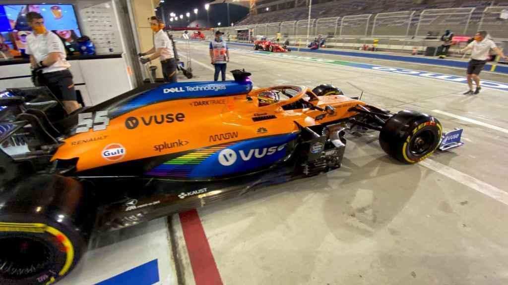 Carlos Sainz a punto de salir a pista en Bahrein