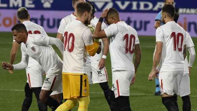 Los jugadores del Sevilla, con el '10' en homenaje a Maradona