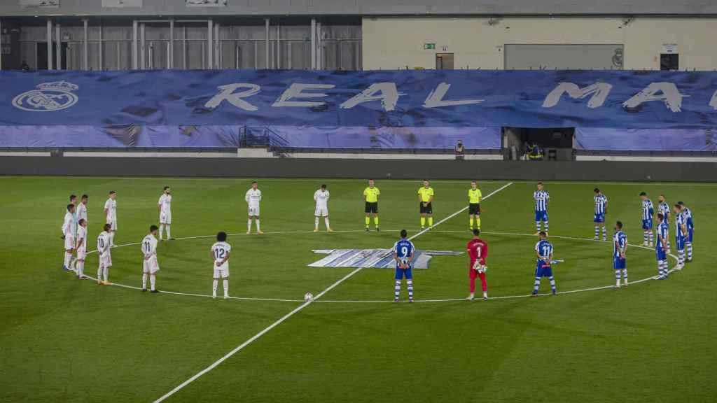 Minuto de silencio en el Real Madrid - Deportivo Alavés en memoria de Marandona
