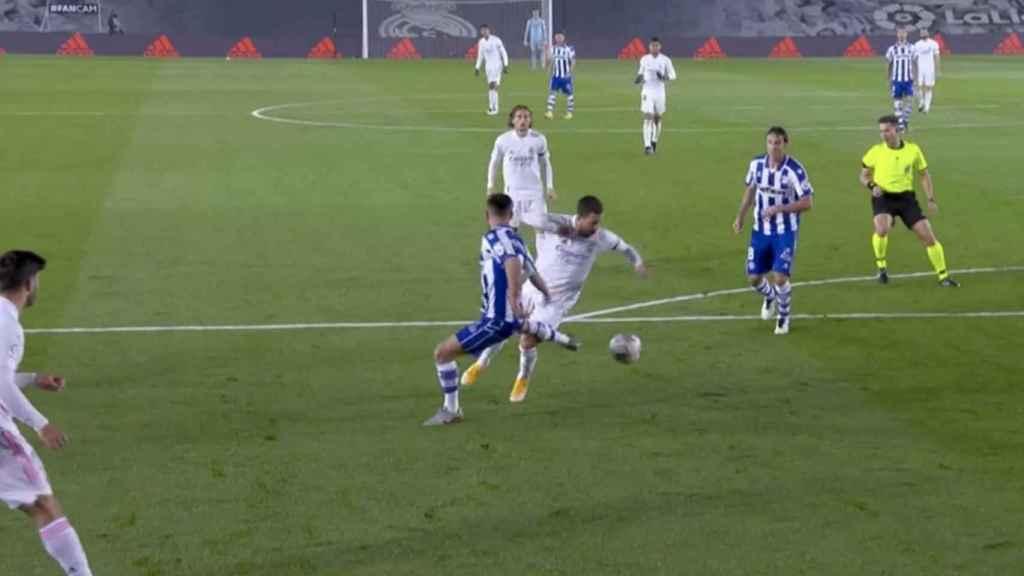 Penalti no pitado sobre Hazard
