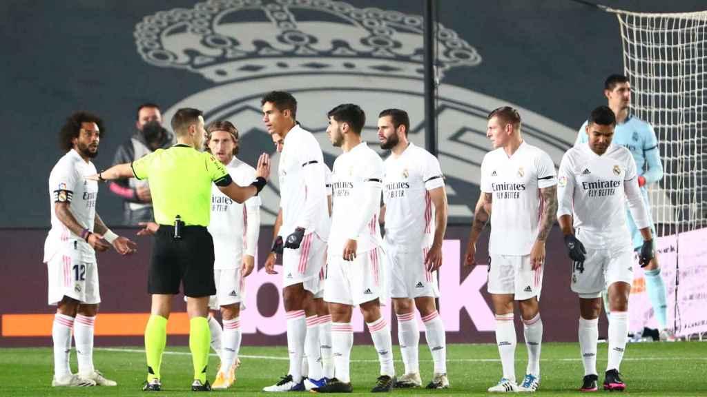 Los jugadores del Real Madrid protestan a Adrian Cordero Vega una decisión del colegiado