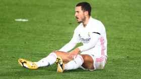 Eden Hazard se duele sentado sobre el césped del Alfredo Di Stéfano