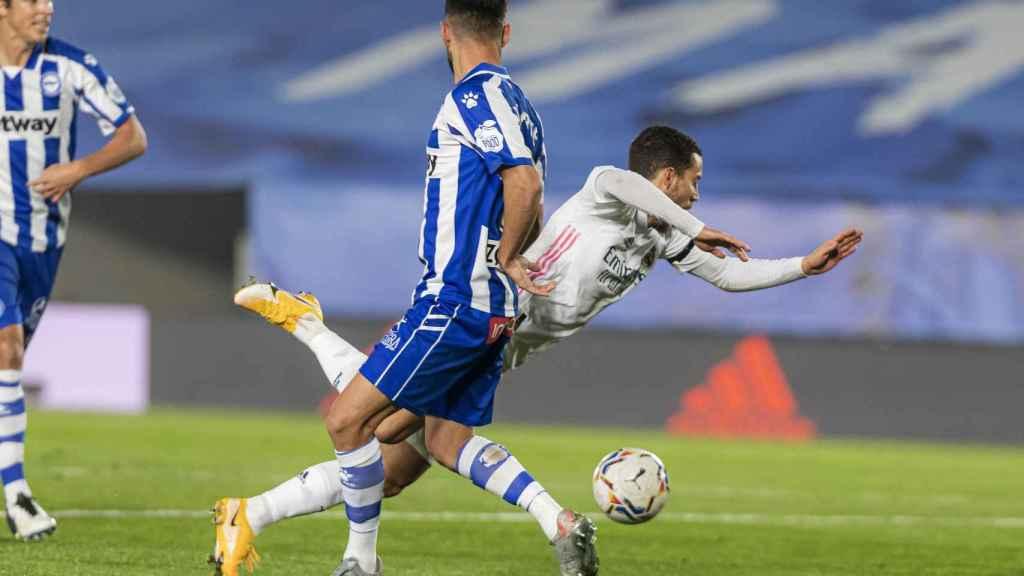 Hazard recibe una falta de un jugador del Alavés