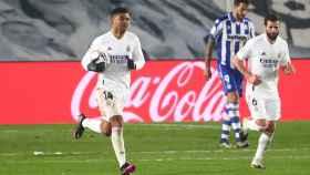 Casemiro lleva el balón hasta el centro del campo tras marcar un gol al Alavés