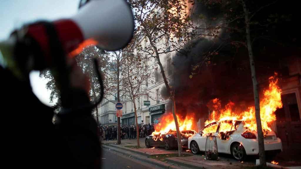 Dos coches en llamas, durante las protestas en París contra la ley de seguridad de Macron.