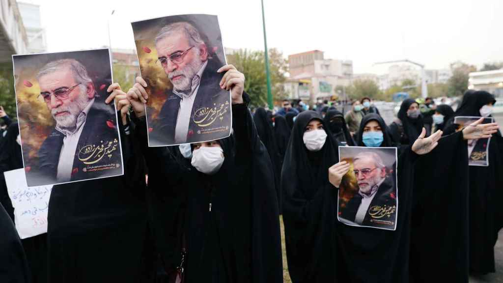 Manifestantes protestan por el asesinato del científico Mohsen Fakhrizadeh en Teherán.