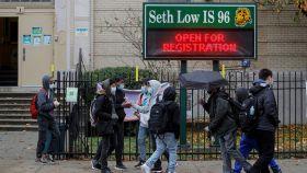 Unos estudiantes a las puertas de un centro escolar en Brooklyn, Nueva York.