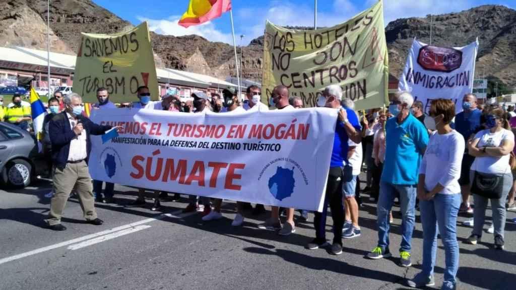 Abajo a la derecha, con una camiseta blanca, Onalia Bueno, la alcaldesa de Mogán que ha participado en la manifestación.