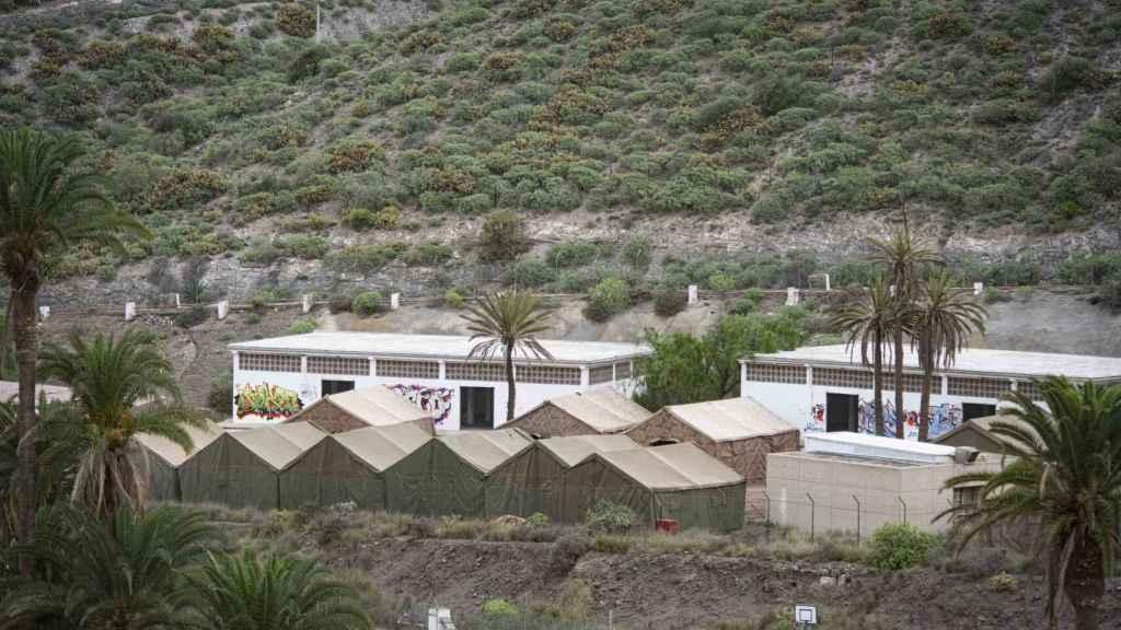 El Ministerio de Defensa ha instalado unas carpas en un antiguo polvorín militar donde espera albergar hasta 800 personas.