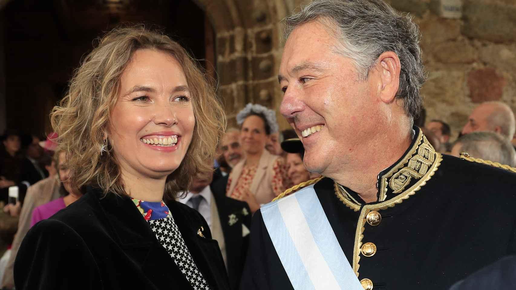 José María Michavila y Alejandra Salinas en la boda de Irene Michavila con Ramón Lladó en octubre de 2019.