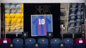 La camiseta de Diego Armando Maradona, en la grada del Camp Nou. Foto: Twitter (@FCBarcelona_es)