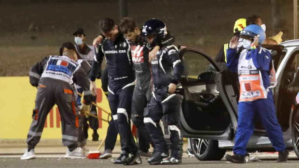 Romain Grosjean sale dolorido tras el accidente