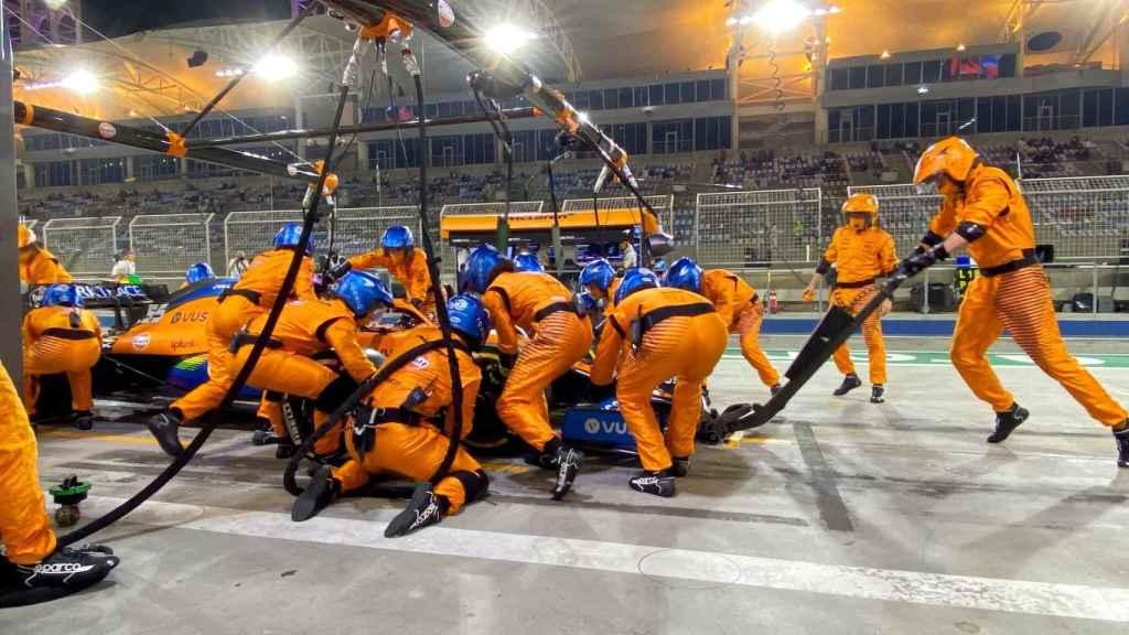Carlos Sainz para en boxes en el GP de Bahréin