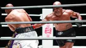 Mike Tyson y Roy Jones Jr., durante la pelea