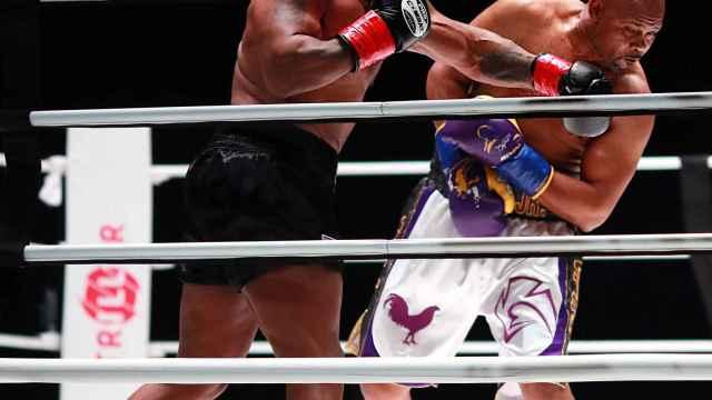 Mike Tyson golpeando a Roy Jones Jr. durante su pelea