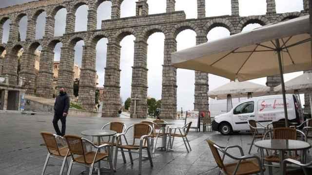 Un hombre pasea cerca del acueducto de Segovia.