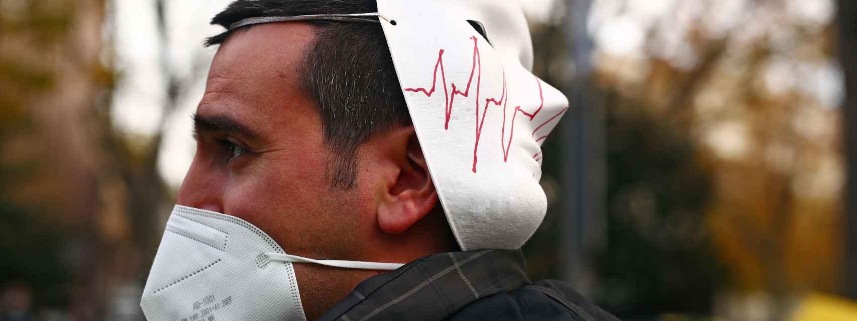 Un hombre con mascarilla en la manifestación por la sanidad pública, en Madrid.