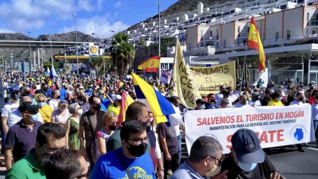 Los vecinos de Mogán en la manifestación en la que piden al Gobierno el desalojo de los migrantes de los hoteles.