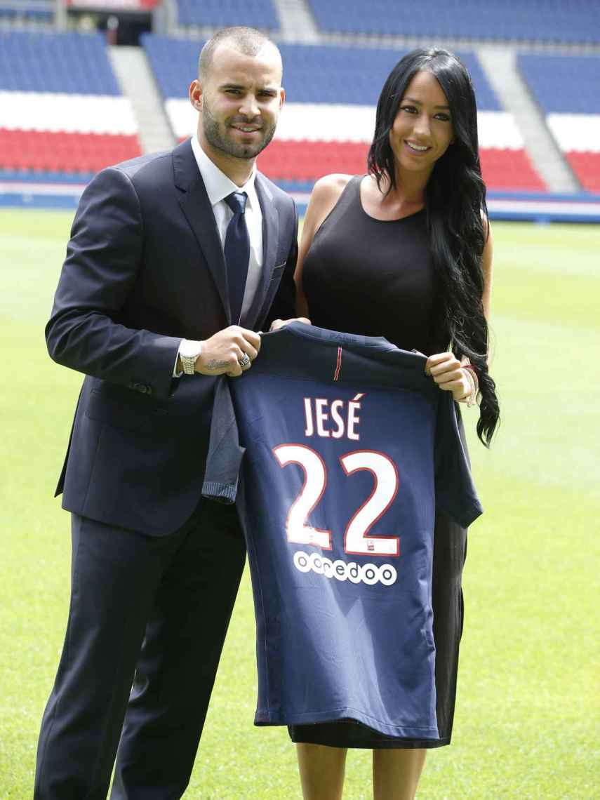 Aurah y Jesé cuando eran pareja durante la presentación del futbolista en París.