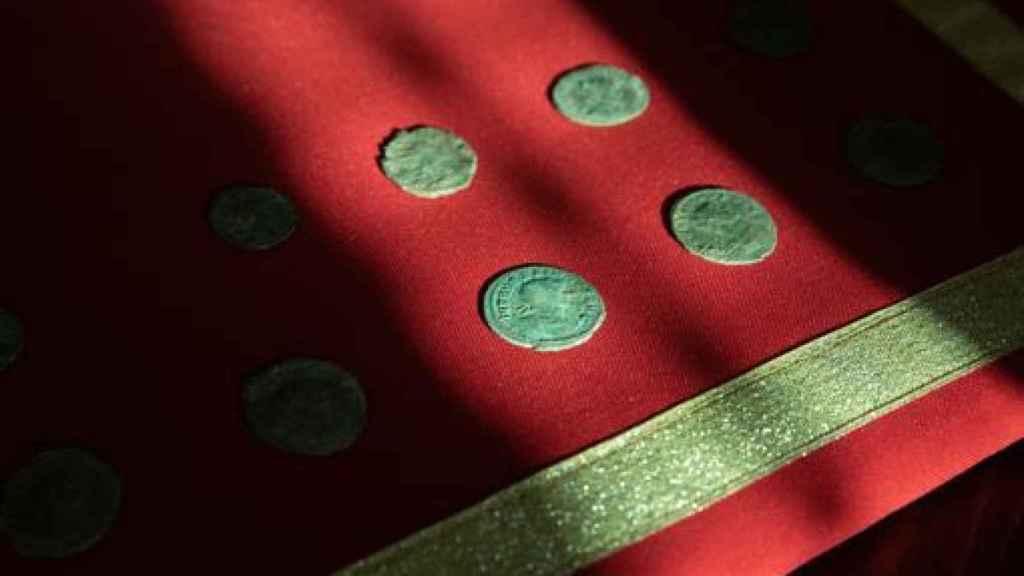 Monedas halladas en la base militar.