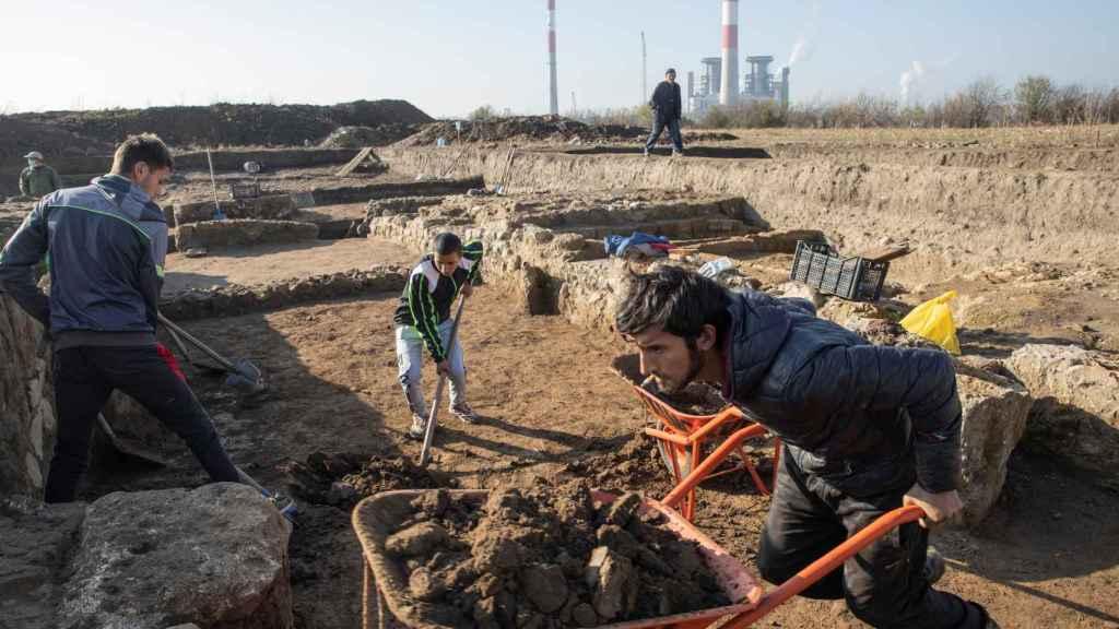 El equipo de arqueólogos trabajando en el enclave.