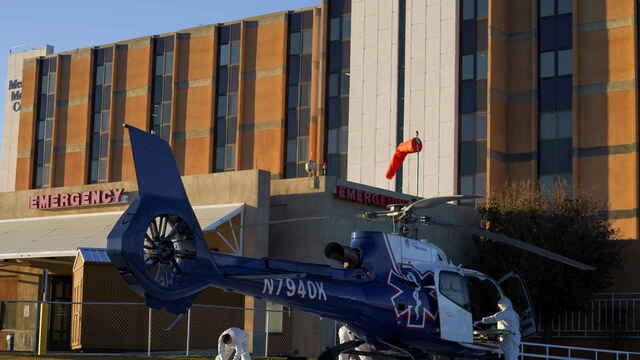 Unos sanitarios preparan un helicóptero para atender afectados por la Covid-19.