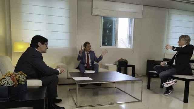 Salvador Illa y Pedro Duque conversan con Jesús Calleja durante la grabación del programa.