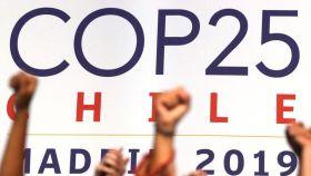 Varios activistas alzan sus puños después de la sesión plenaria de la Cumbre Climática, el año pasado en Madrid.