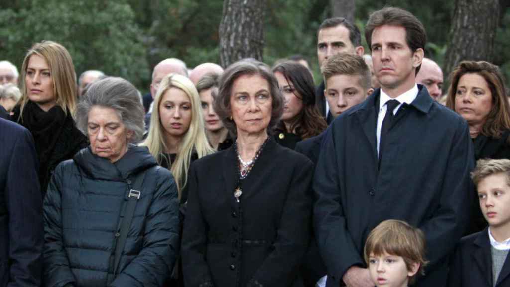 Olympia de Grecia detrás de la reina Sofía, en el 50 aniversario de muerte de Pablo I de Grecia.
