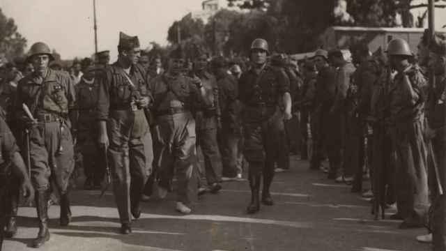 Manuel Uribarry pasando revista a sus tropas en octubre de 1936.