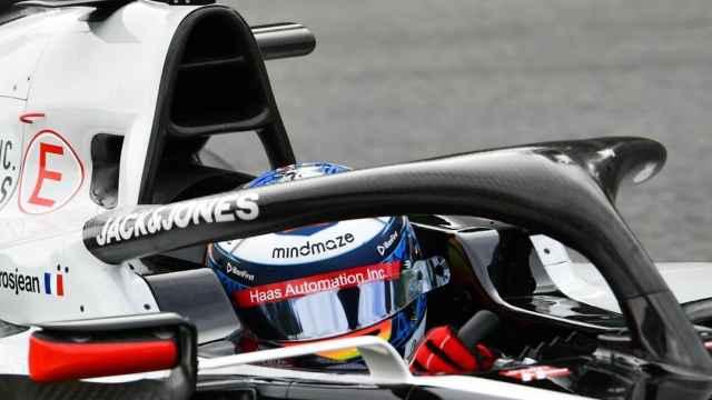 Grosjean en su Haas con el halo en primer plano