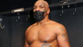 Mike Tyson, con el cinturón de campeón
