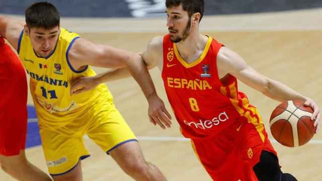 Darío Brizuela ante Radu Virna, en el España - Rumanía de clasificación del Eurobasket 2022