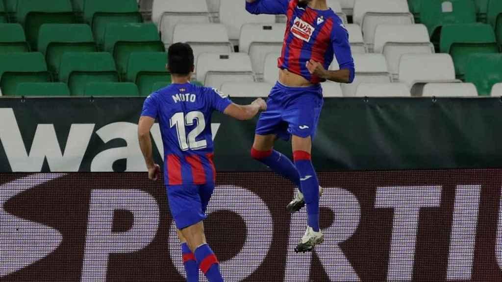 Burgos celebra su gol en el Betis - Eibar de la jornada 11 de La Liga