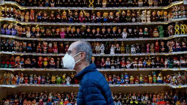 Aspecto de la Fira de Santa Llúcia, el mercado navideño de Barcelona cuando el riesgo de rebrote ha bajado de 200 puntos.